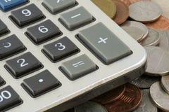 Calculatrice sur des pièces de monnaie Images libres de droits