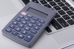 Calculatrice sur le clavier d'ordinateur portable Photo stock