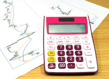 Calculatrice sur le graphique d'échange Photographie stock libre de droits