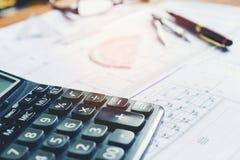 Calcule e blueprint em casa o escritório foto de stock royalty free