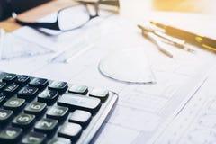 Calcule e blueprint em casa o escritório fotografia de stock royalty free