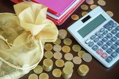Calcule e dinheiro da economia para o investimento imagem de stock
