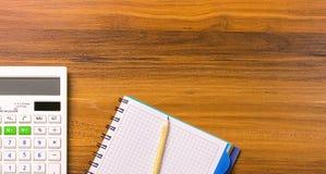 Calcule, notebooke e lápis na tabela de madeira fotos de stock royalty free