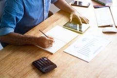 Calcule o conceito do orçamento e do planeamento empresarial, pessoa que couting r fotografia de stock