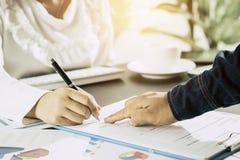 Calcule o conceito do orçamento e do planeamento empresarial, um couti de dois povos imagem de stock royalty free