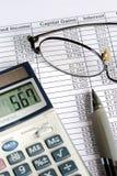 Calcule o mais-valia com a calculadora fotografia de stock