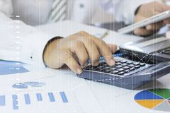 Calcule o orçamento e o conceito do planeamento empresarial, dois povos conta fotos de stock