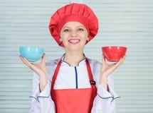 Calcule seu tamanho dos serviços do alimento Dieta e conceito de dieta Bacias da posse do cozinheiro da mulher Quantas parcelas v fotografia de stock royalty free