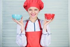 Calcule seu tamanho dos servi?os do alimento Dieta e conceito de dieta Bacias da posse do cozinheiro da mulher Quantas parcelas v fotografia de stock