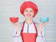 Calcule seu tamanho dos servi?os do alimento Dieta e conceito de dieta Bacias da posse do cozinheiro da mulher Quantas parcelas v imagem de stock royalty free