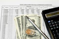 Calculs de revenus de tableur images stock