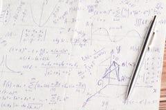 Calculs mathématiques sur une serviette Images libres de droits