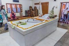 CALCUTTA, INDIA - 30 OTTOBRE 2016: La gente visita la tomba di Madre Teresa nella Camera delle madri in Calcutta, Indi fotografia stock