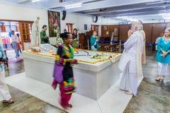 CALCUTTA, INDIA - 30 OTTOBRE 2016: La gente visita la tomba di Madre Teresa nella Camera delle madri in Calcutta, Indi immagine stock