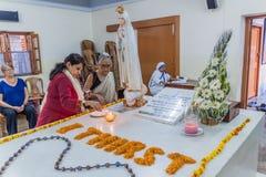 CALCUTTA, INDIA - 30 OTTOBRE 2016: Vista della tomba di Madre Teresa nella Camera delle madri in Calcutta, Indi fotografia stock
