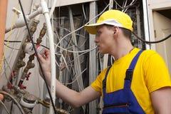 Caldaia del riscaldamento di Working On Central dell'idraulico Immagini Stock Libere da Diritti
