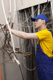 Caldaia del riscaldamento di Working On Central dell'idraulico Fotografie Stock