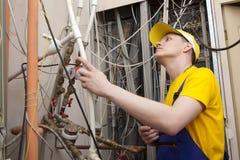 Caldaia del riscaldamento di Working On Central dell'idraulico Fotografia Stock
