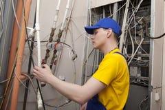 Caldaia del riscaldamento di Working On Central dell'idraulico Immagine Stock