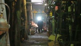 Caldaia a gas di riparazione dei saldatori in una centrale elettrica termica stock footage