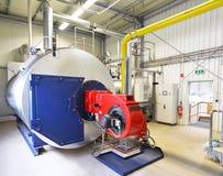 Caldaia a macchina per acqua di riscaldamento in un impianto industriale fotografie stock