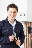 Caldaia maschio del riscaldamento di Working On Central dell'idraulico Fotografie Stock Libere da Diritti
