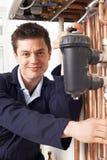 Caldaia maschio del riscaldamento di Working On Central dell'idraulico Fotografie Stock