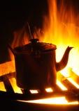 Caldaia su un fuoco dell'accampamento Fotografia Stock Libera da Diritti