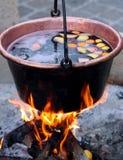 Caldeirão de cobre com o vinho ferventado com especiarias saboroso Foto de Stock