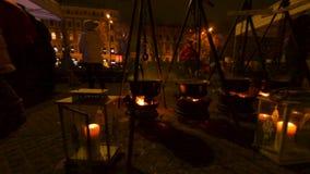 Caldeirões enormes que preparam o alimento no fogo no festival do fogo do alimento da rua em Riga filme