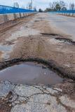 Caldeirões na ponte estrada ruim Fotografia de Stock Royalty Free