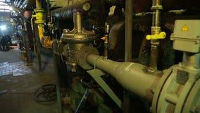 Caldeira de gás do reparo dos soldadores em um central elétrica térmico filme