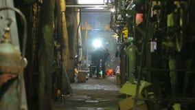 Caldeira de gás dos pessoais do reparo em um central elétrica térmico em Rússia filme