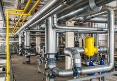 Caldeira de gás industrial interior com muitos encanamento, bombas e v Fotografia de Stock Royalty Free