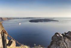 Caldeira de Santorini et île Nea Kameni en mer Égée au coucher du soleil, Grèce Photos stock