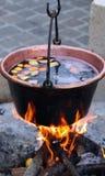 Caldeirão de cobre enorme com o vinho ferventado com especiarias saboroso Fotos de Stock Royalty Free
