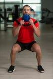 Caldera-campana de Exercising With del instructor de la aptitud Foto de archivo