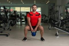 Caldera-campana de Exercising With del instructor de la aptitud Foto de archivo libre de regalías