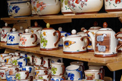 Caldera, coloridas elegantes con los dibujos del diference, la caldera hecha a mano y la taza de té con drawning agradable Imagenes de archivo