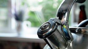 Caldera de acero de ebullición con un silbido con estallar el vapor, humo hermoso, primer en verano contra la ventana abierta almacen de metraje de vídeo