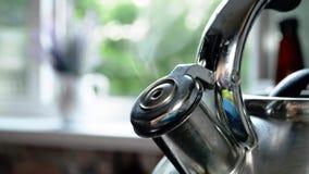 Caldera de acero de ebullición con un silbido con estallar el vapor, humo hermoso, primer en verano contra la ventana abierta de  almacen de metraje de vídeo