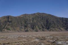 Caldera de Bromo demasiado grande para su edad con seco y Sandy Grass imagen de archivo