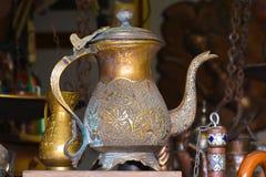 Caldera de cobre amarillo vieja, adornada ingeniosamente con el sellado imagen de archivo libre de regalías