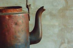 Caldera de cobre vieja foto de archivo