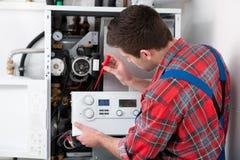 Caldera de mantenimiento de la calefacción del técnico Fotos de archivo
