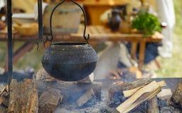 Caldera de Pot del explorador y fuego abierto foto de archivo