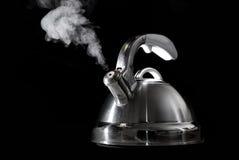 Caldera de té con el agua hirvienda Imagenes de archivo