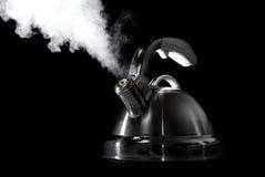 Caldera de té con el agua hirvienda Fotos de archivo