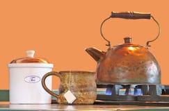Caldera de té de cobre con la taza y la caja foto de archivo