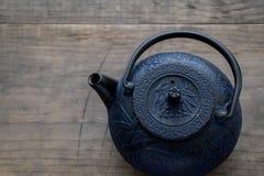 Caldera de té oriental azul del arrabio  Foto de archivo